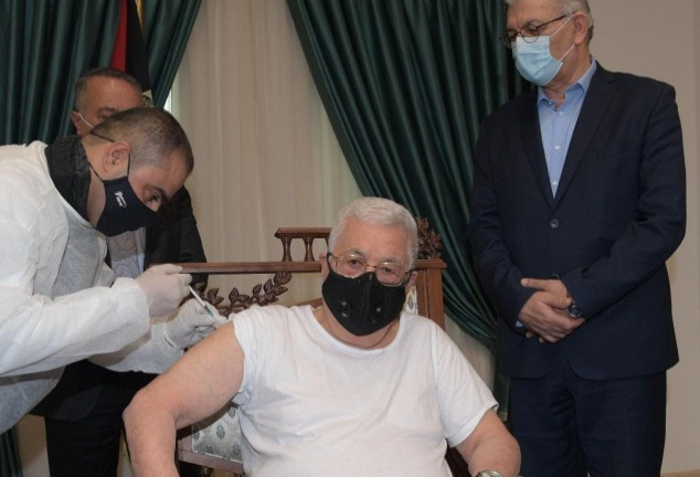 Mahmoud Abbas vaccinated in his office (Mahmoud Abbas' Facebook page, March 20, 2021).