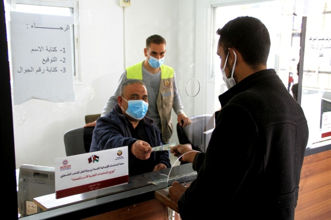 The Qatari donation distributed in the Gaza Strip through Hamas post office bank branches (Facebook page of Qatar's National Committee, April 12, 2021)