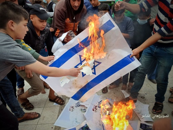 Demonstrators in Khan Yunis in the southern Gaza Strip burn Israeli flags and pictures of Israeli Defense Minister Benny Gantz (Palinfo Twitter account, April 24, 2021).
