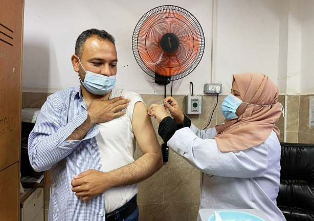 Administering the Pfizer vaccine for the first time (Twitter account of photojournalist Ashraf Abu Amra, April 22, 2021).