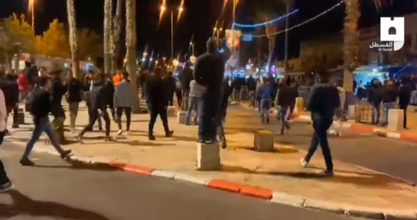 Palestinians stream towards the Damascus Gate to confront far-right activists (QudsN Facebook page, April 22, 2021).