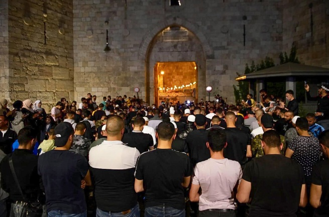Mass prayer in front of the Damascus Gate after the barriers were removed (Wafa, April 26, 2021).