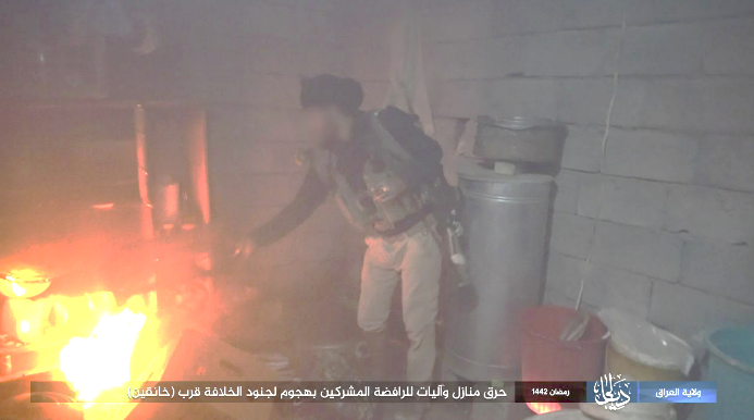 ISIS operative setting fire to the house of Shiite residents (Telegram, April 25, 2021).
