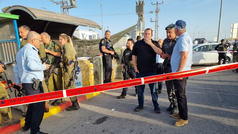 IDF forces block the entrance to the village of Bayta, near the Tapuah Junction (QudsN Facebook page).