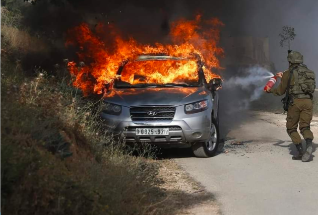 IDF forces extinguish the burning car (Palinfo Twitter account, May 3, 2021).