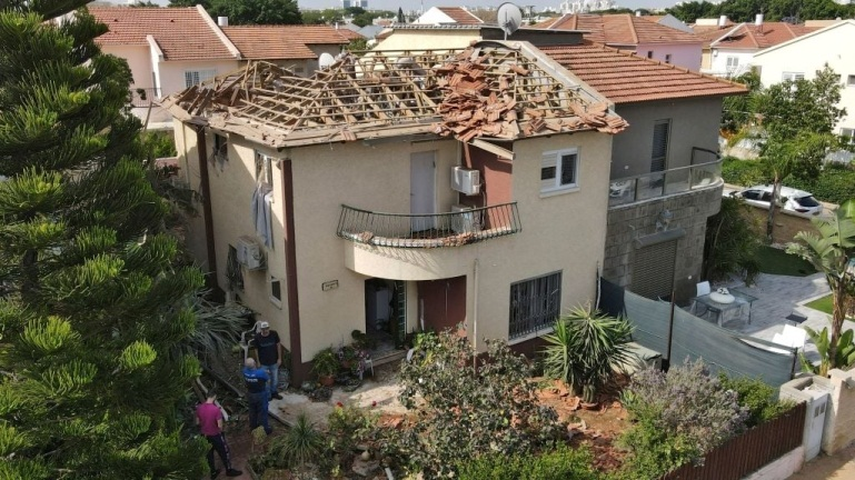 Direct rocket hit on a house in Ashqelon (QudsN Facebook page, May 11, 2021).