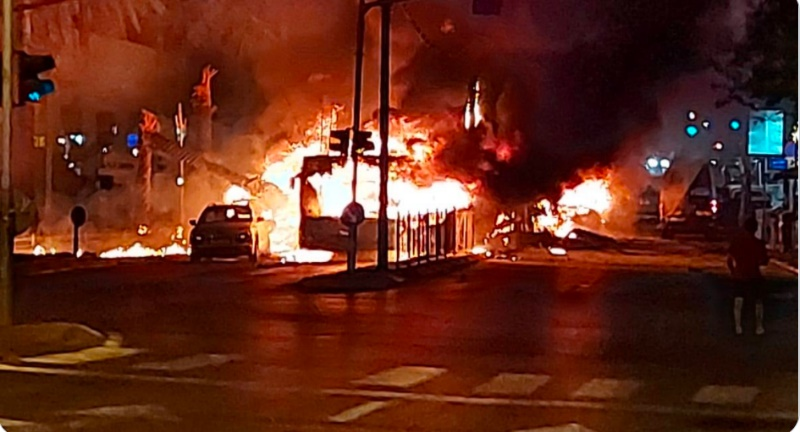 A bus in the central Israeli city of Holon takes a direct rocket hit (Twitter account of journalist Hassan Aslih, May 11, 2021).