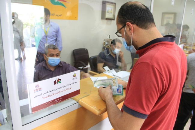 Funds from Qatar distributed through the Hamas post office bank branches (Qatar's National Committee for the Reconstruction of Gaza Facebook page, May 7, 2021)