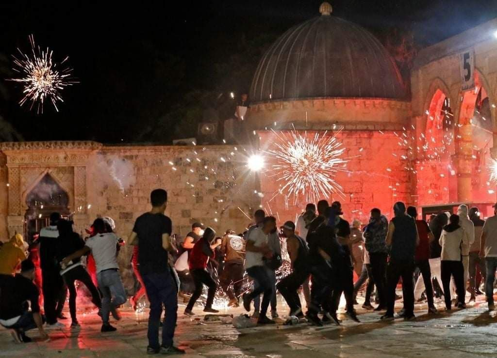 Violent clashes on the Temple Mount after evening prayers at the site (PALINFO's Twitter account, May 8, 2021)