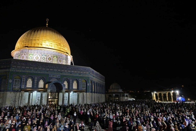 Worshipers on Laylat al-Qadr on the Temple Mount (QUDSN Facebook page, May 9, 2021)