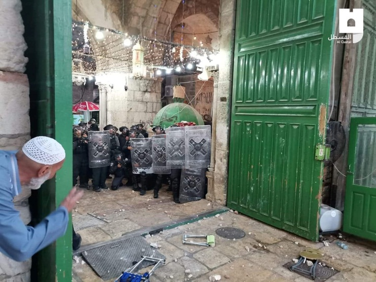 Violent clashes on the Temple Mount in the early morning hours. Stones and chairs thrown at Israeli security forces (QUDSN Facebook page, May 9, 2021)