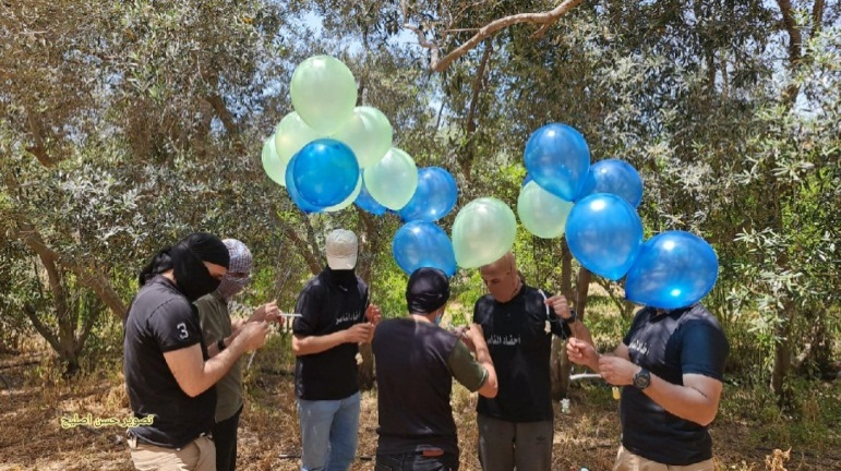 Operatives of the Descendants of Al-Nasser unit (affiliated with the Popular Resistance Committees) launching incendiary balloons at Israel (Twitter account of journalist Hassan Aslih, May 8, 2021)