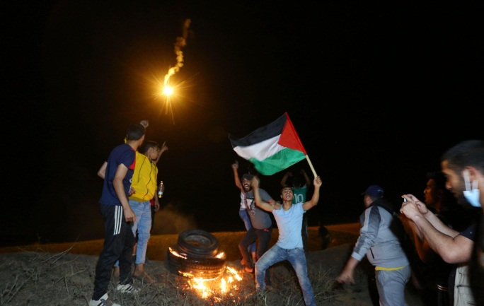 Palestinians demonstrating in front of the security fence east of Al-Bureij and clashing with IDF forces (Ashraf Amara's Twitter account, May 8 and 9, 2021)