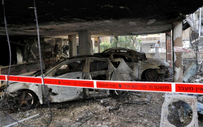 Apartment house in the central Israeli city of Petah Tikva hit by a rocket fired from the Gaza Strip (QudsN Facebook page, May 13, 2021).