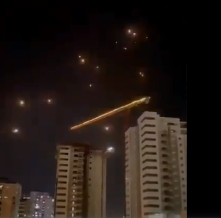 Rockets in the sky over Tel Aviv after midnight (Palinfo Twitter account, May 16, 2021).