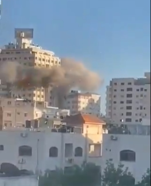 The IDF attack on the Mushtaha Building in Gaza City (Palinfo Twitter account, May 15, 2021).