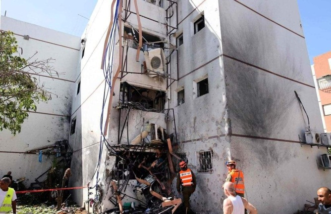 Apartment house in Ashdod takes a direct hit (QudsN Facebook page, May 17, 2020).