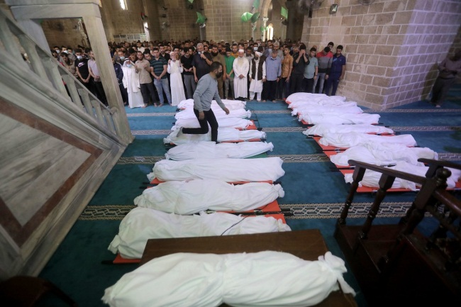 Bodies of the dead in the Rimal neighborhood of Gaza City (Palinfo Twitter account, May 17, 2021).