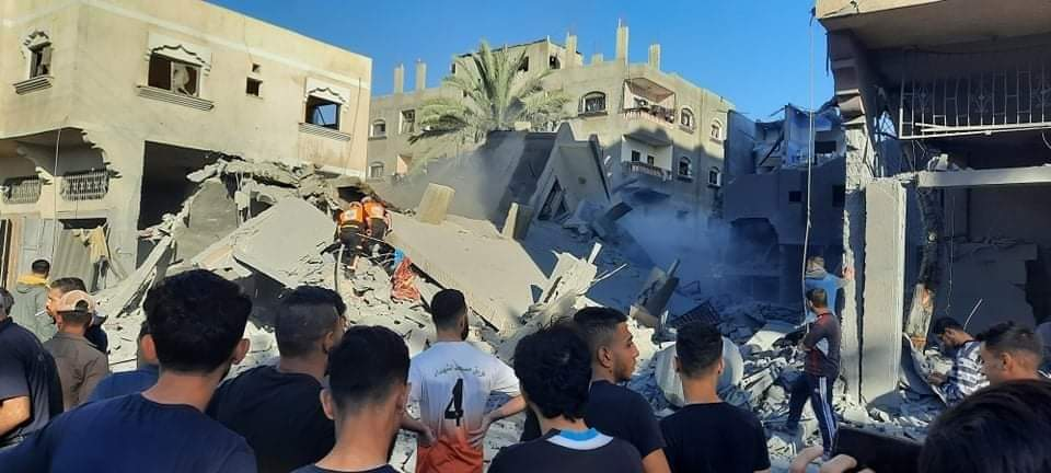 Attack on the al-Hasnat family house in Deir al-Balah (Twitter account of journalist Hassan Aslih, May 19, 2021).