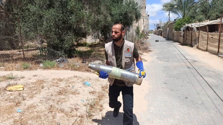 Engineering crews remove unexploded ordnance (ministry of the interior in Gaza Facebook page, May 18, 2021).