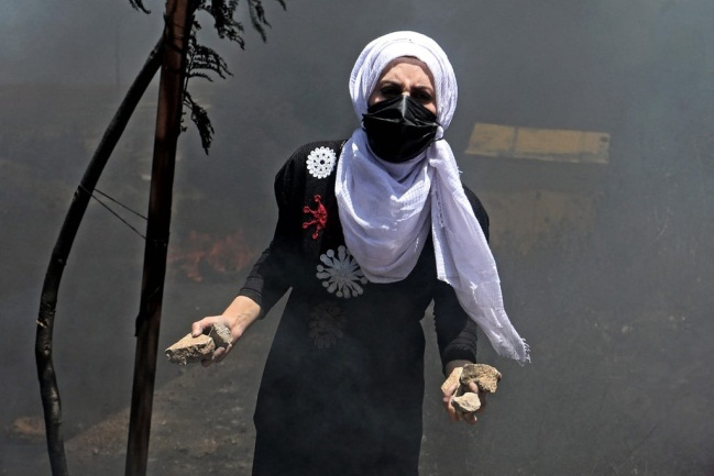 Palestinians riot at the northern entrance to al-Bireh (Palinfo Twitter account, May 18, 2021).