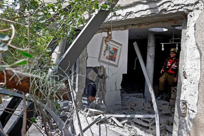 Direct hit on a house in the southern Israeli coastal city of Ashqelon on the last day of the hostilities (Twitter account of journalist Hassan Aslih, May 20, 2021).