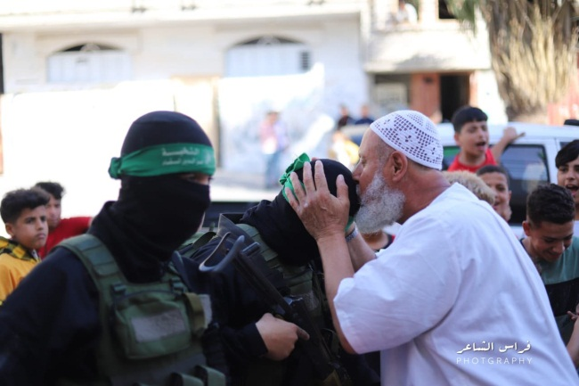 Gazans thank Hamas operatives for fighting Israel (Palinfo Twitter account, May 21, 2021).