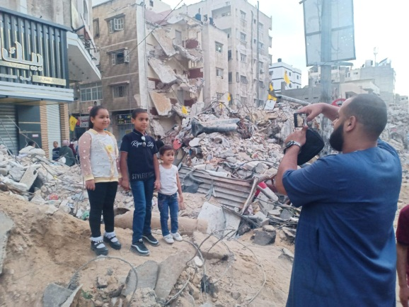 Gazans visit ruins and have their pictures taken (Wafa, May 21, 2021).