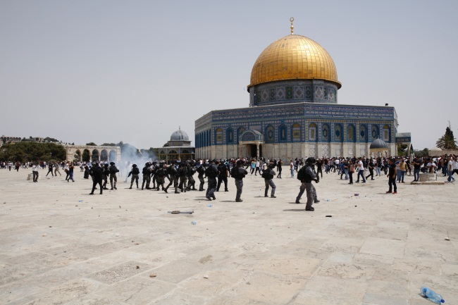 Palestinians on the Temple Mount after the Friday prayer (Twitter account of journalist Hassan Aslih, May 21, 2021).