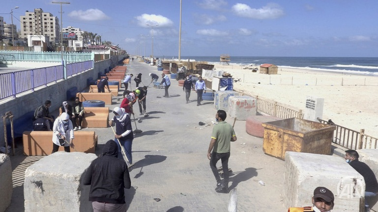 Cleaning the coastline (QudsN Facebook page, May 24, 2021).