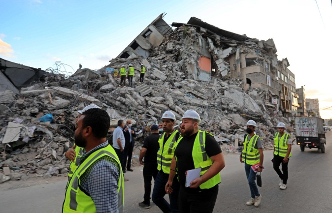 Egyptian engineers help remove the rubble of the al-Shorouk Building in Gaza City (Twitter account of photojournalist Ashraf Abu Amra, June 4, 2021).