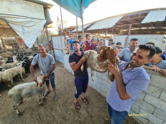 Sales in the meat market increase in preparation for Eid al-Adha (Twitter account of journalist Hassan Aslih, July 2, 2021).