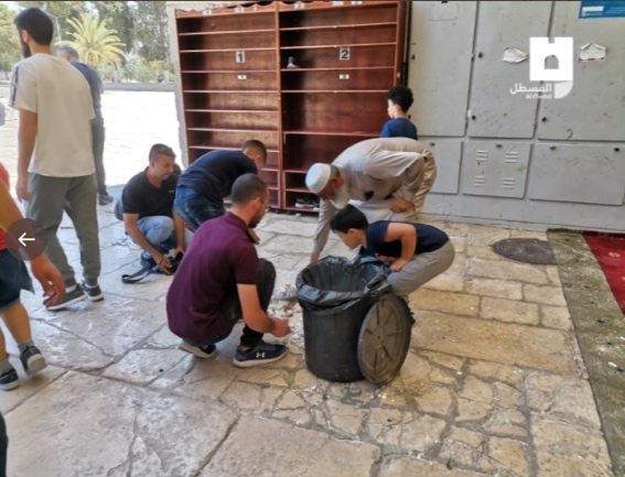 Muslims clean the Temple Mount compound and clear the rocks thrown at the Israeli police forces during the riot (Twitter account of journalist Hassan Aslih, July 18, 2018).