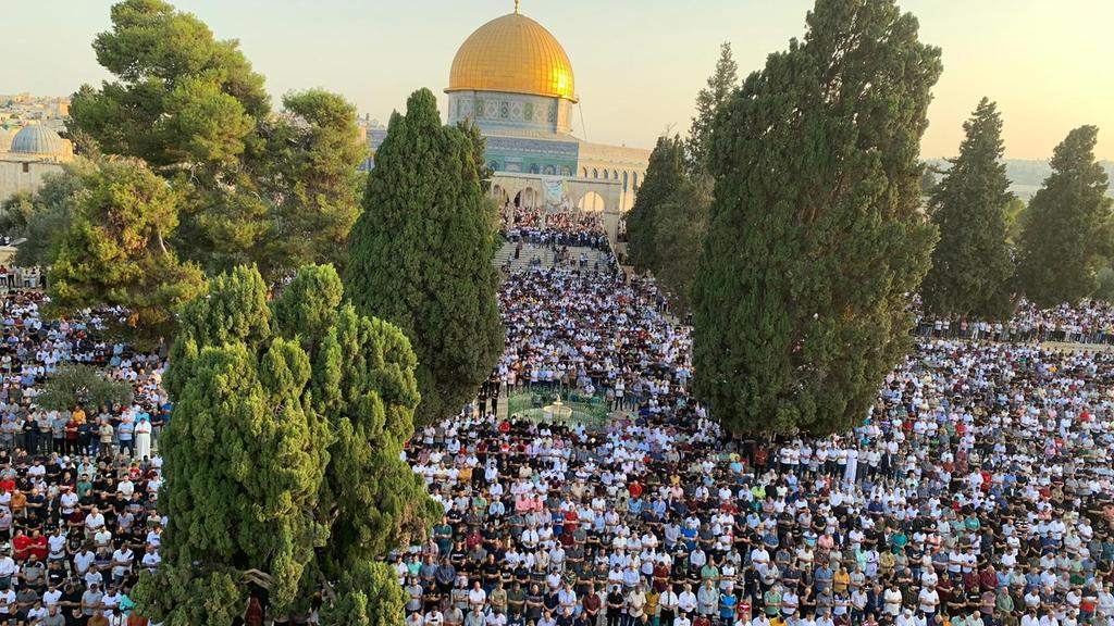 More than 100,000 Muslim worshippers gather on the Temple Mount for the Eid al-Adha prayer (Twitter account of journalist Hassan Aslih, July 20, 2021).