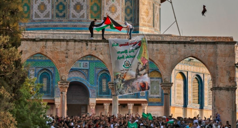 Banner in support of Hamas and Muhammad Deif hung on the Temple Mount (QudsN Facebook page, July 20, 2021).
