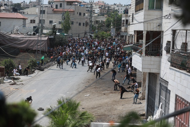 Palestinians riot in Bayt Ummar after the funeral of Shukat Awad (Twitter account of TRTARabi, July 30, 2021).