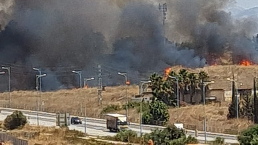 Fire on the outskirts of the northern Israeli city of Qiryat Shemonah caused by rocket fire from Lebanon (Twitter account of Yunis al-Zaatari, August 4, 2021).