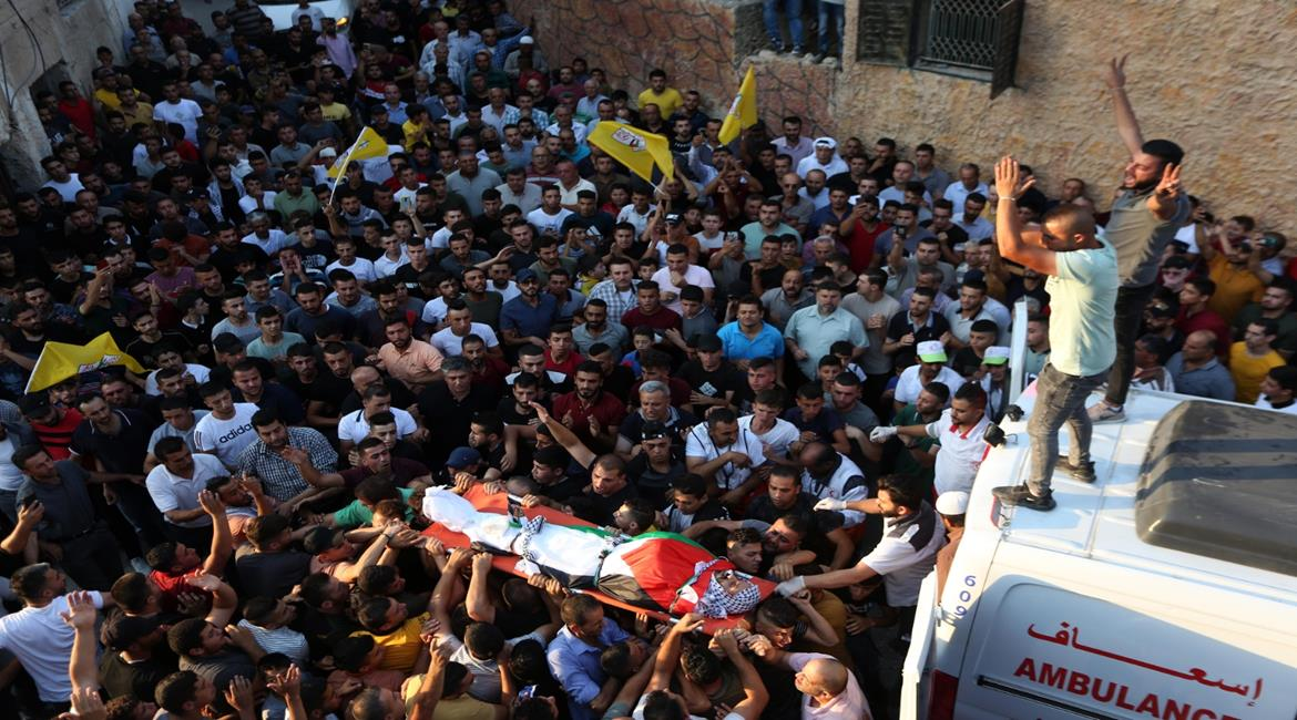 Fatah flags waved at the funeral (Wafa, August 6, 2021).