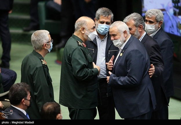 Isma'il Haniyeh and Ziyad al-Nakhalah speak with Hossein Salami, the commander of the Iranian Revolutionary Guards Corps, and with Mohammad Bagheri, head of the Iranian armed forces' general headquarters. Next to them, at the right, is Esmail Ghaani, commander of the Qods Force (Tasnim, August 5, 2021).