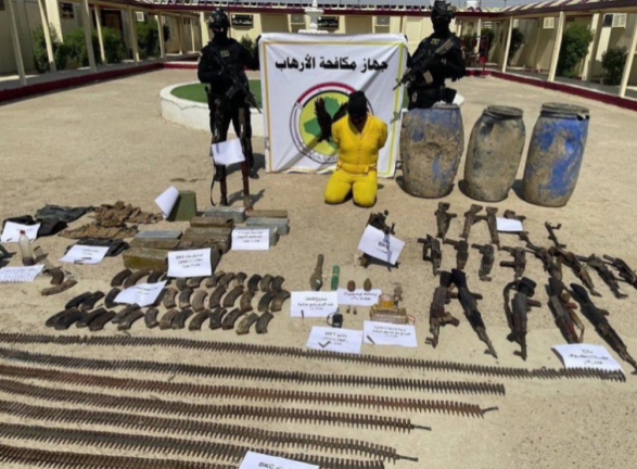 Arrested ISIS commander and the weapons seized along with him (Twitter account of Iraqi Military Spokesman Yahya Rasool, August 5, 2021)