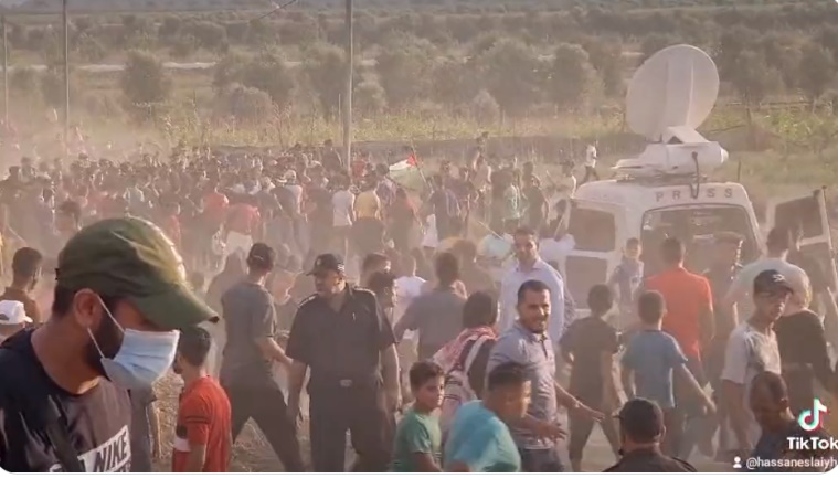 Hundreds of demonstrators rush towards the border security fence after the rally (Twitter account of journalist Hassan Aslih, August 21, 2021).