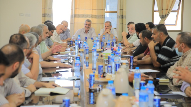 """Representatives of the Palestinian terrorist organizations meet to plan the continuation of the """"protests"""" (Twitter account of journalist Hassan Aslih, August 23, 2021)."""