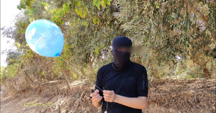 The Popular Resistance Committees-affiliated Descendants of al-Nasser launch incendiary balloons into the Israeli communities near the Gaza Strip (Twitter account of journalist Hassan Aslih, August 23, 2021).