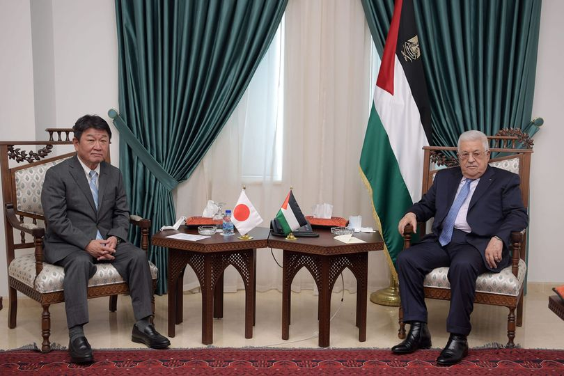 Mahmoud Abbas and the Japanese foreign minister (Mahmoud Abbas' Facebook page, August 17, 2021).