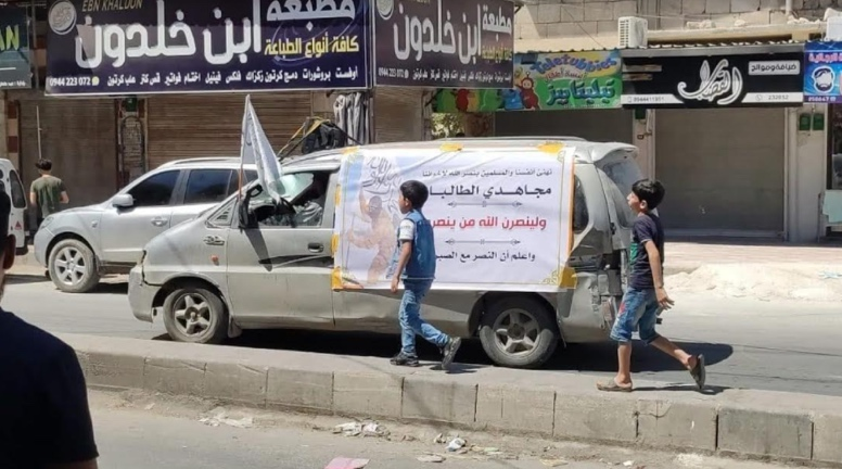 A vehicle in Idlib bearing the Taliban flag, with a sign praising its operatives and their victory in Afghanistan (Telegram, August 20, 2021)