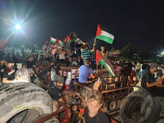 Night harassment units use tires to the east of Gaza City (Twitter account of journalist Hassan Aslih, August 28, 2021).