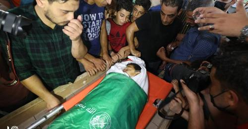 The body of Omar Abu Nil wrapped for burial in an Izz al-Din Qassam Brigades flag (Safa Facebook page, August 28, 2021).