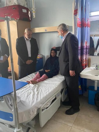 Isma'il Haniyeh and Khaled Mashaal visit Palestinians in a Jordanian hospital (Safa Facebook page, August 28, 2021).