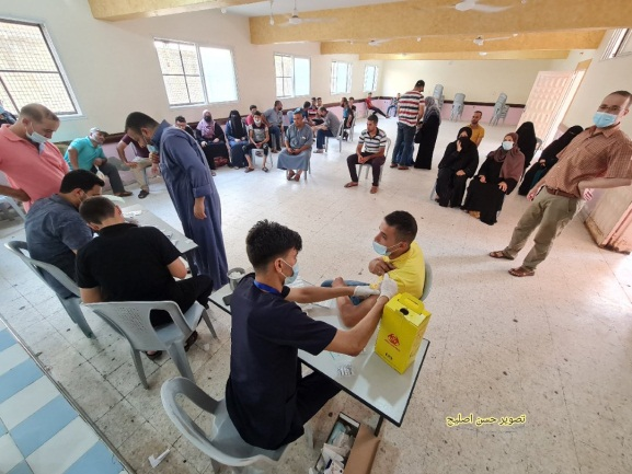 Residents of Khan Yunis vaccinated in the Great Mosque (Twitter account of journalist Hassan Aslih, August 27, 2021).