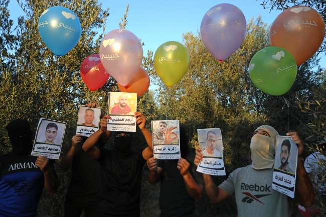 Operatives of the balloon-launching units prepare balloons with pictures of the fugitives (Twitter account of Ashraf Amara, September 7, 2021).